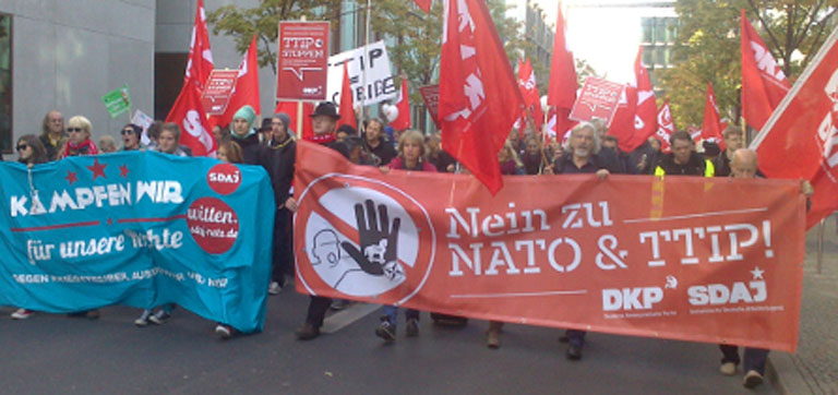 Demonstranten mit Fahnen und Transparenten.