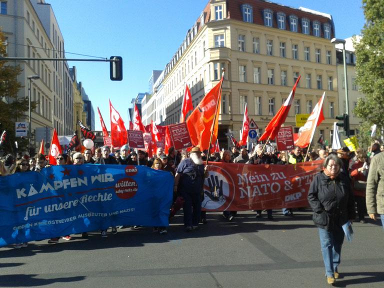 Demonstrantinnen mit Fahnen und Transparenten.